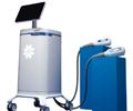 CoolSculpting® Elite 便携式系统,其中两个涂抹器放在蓝色柱体上。
