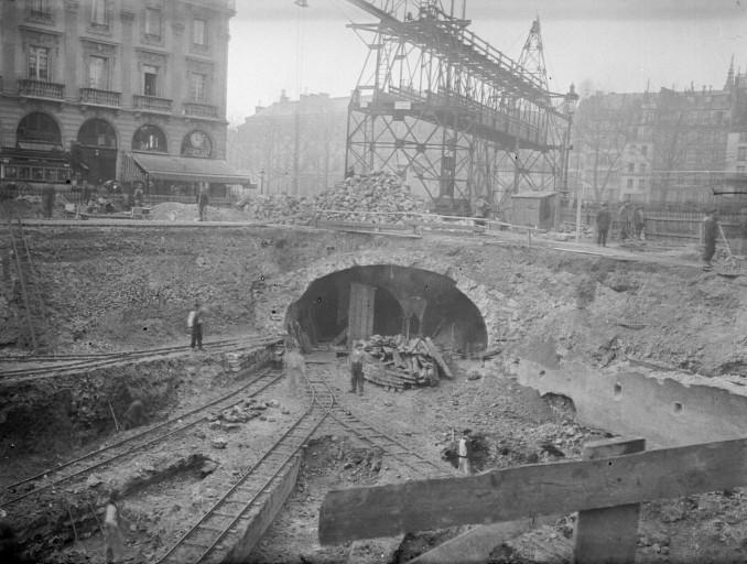 隧道开挖现场照片。