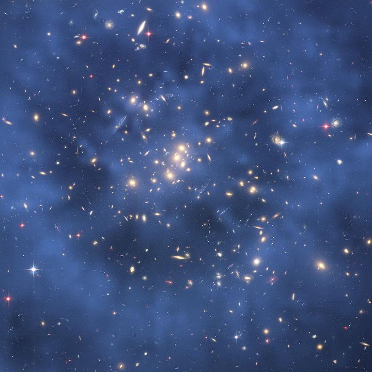 图片显示了星系团的引力透镜。