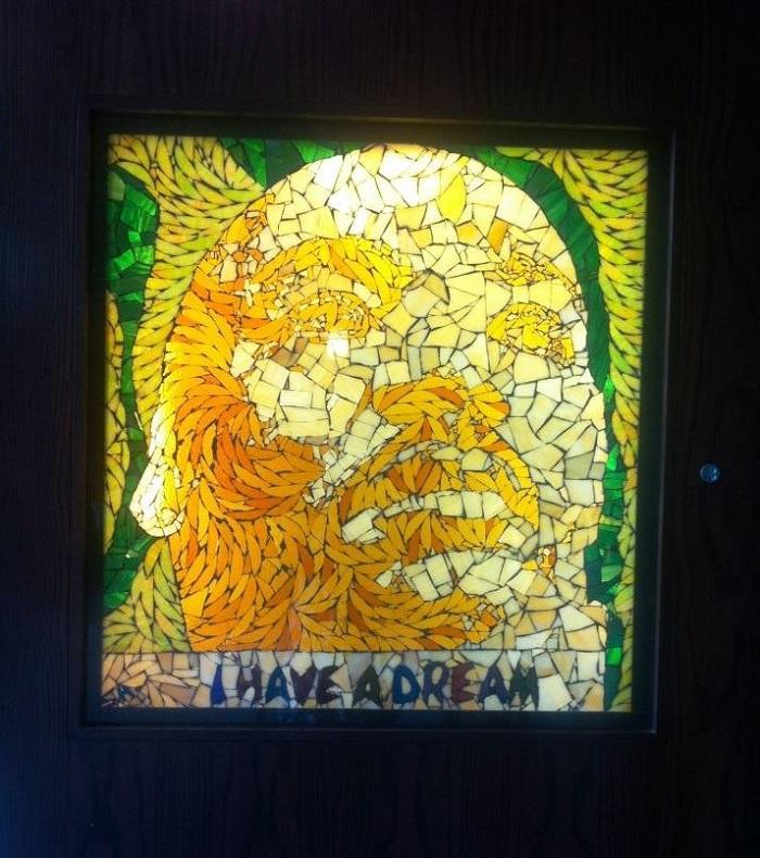 展示当代主题的彩色玻璃。