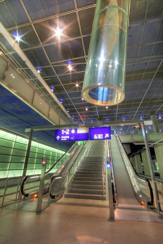 地铁站内使用光管的图片。
