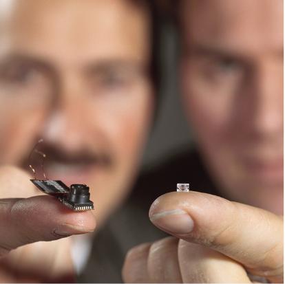 Philips 微型电润湿透镜和相机的照片。
