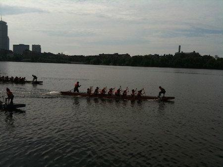 在查尔斯河上一享划龙舟的乐趣。