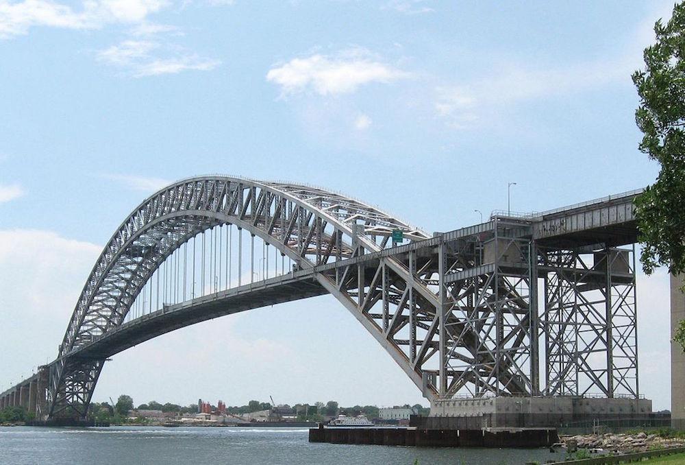 巴约纳大桥的照片。
