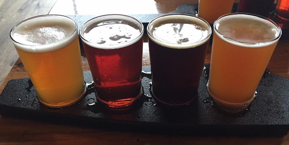照片展示了可供选择的不同啤酒。