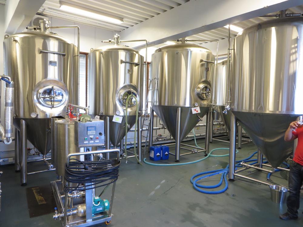 啤酒酿造过程中使用的发酵罐的照片。