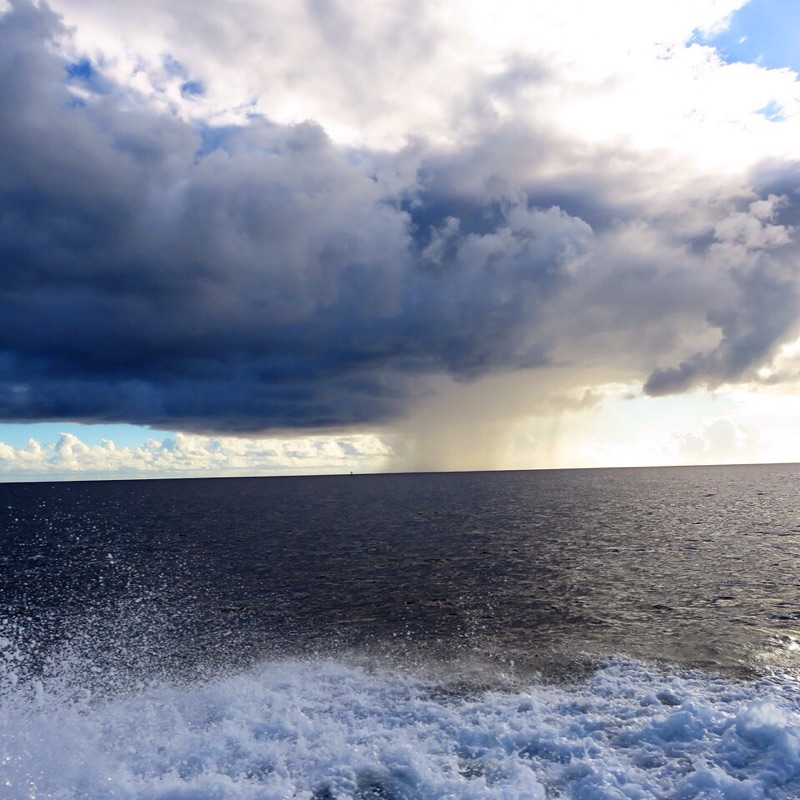 晴空中的雨云展示了气候的不可预测本质。