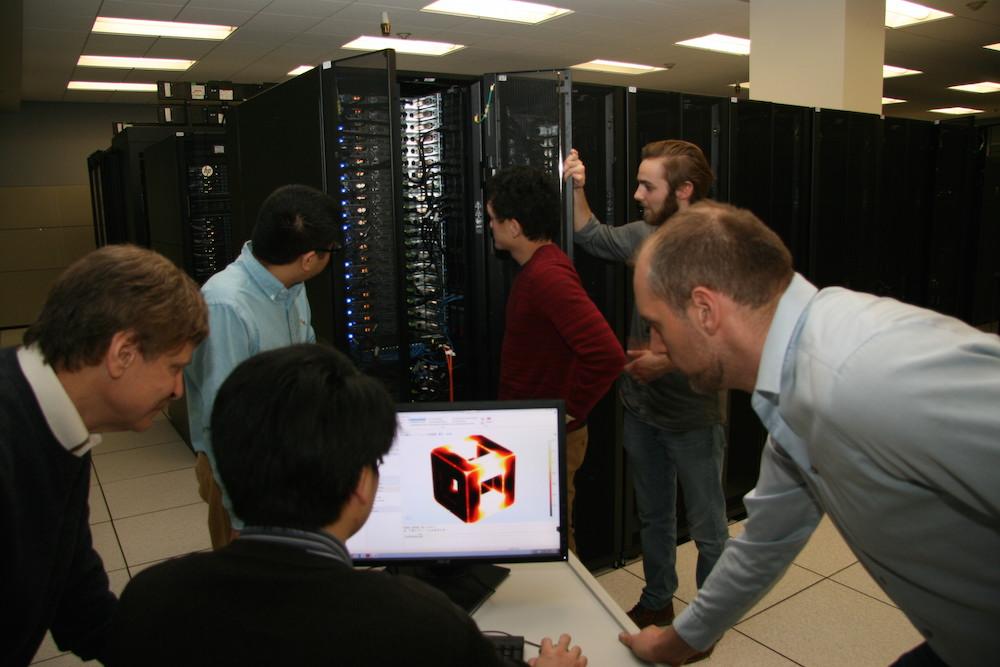 Ed Furlani 教授和他的研究生在布法罗大学创建模型及仿真 App 时的照片。