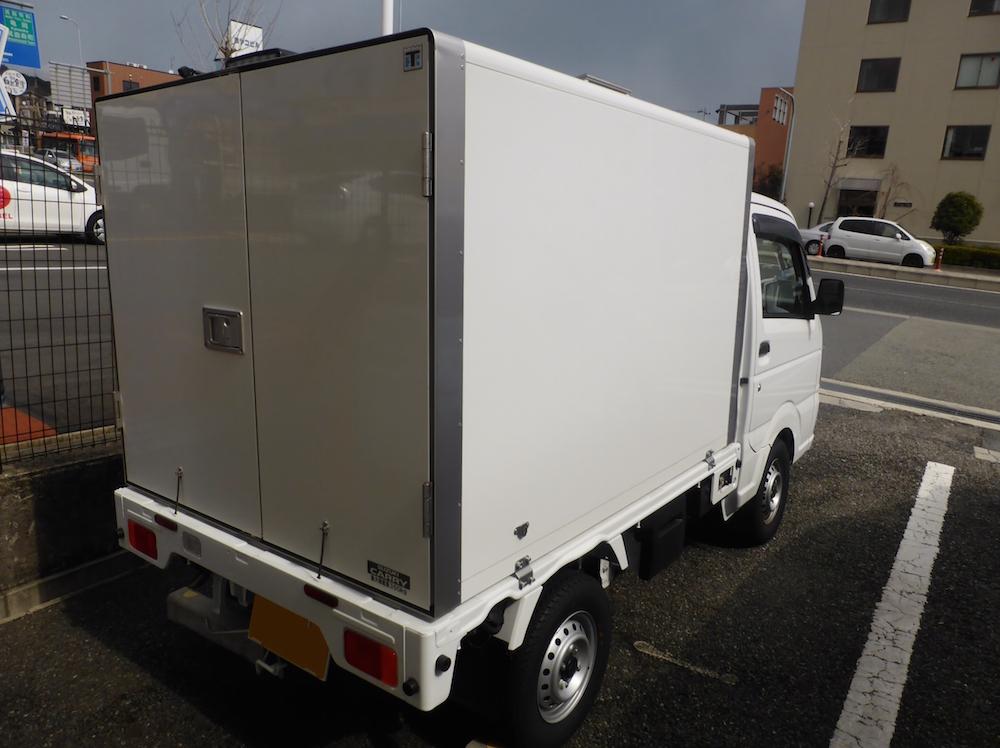 一辆冷藏车图片。