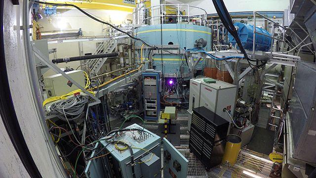图像展示了从托卡马克装置窗口中观察到的等离子体。