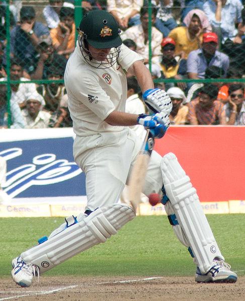 板球比赛中击球者的照片。