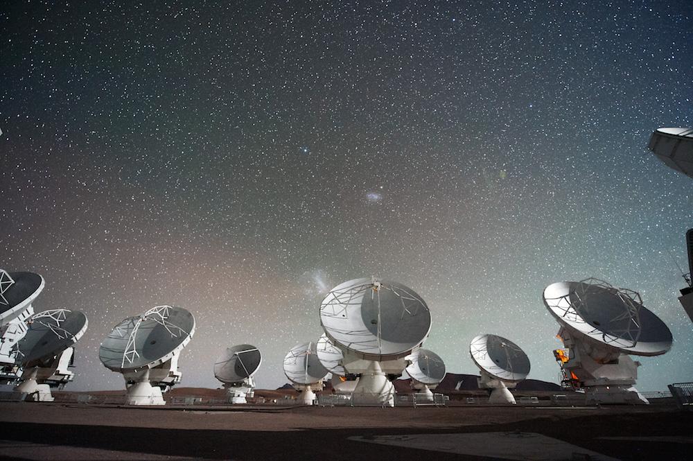 沙漠中的天线阵列图。