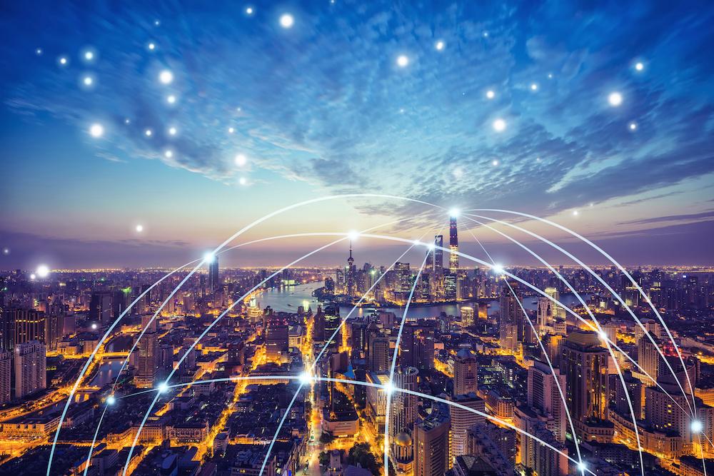 示意图展示了长距离无线数据传输连接了一座城市。
