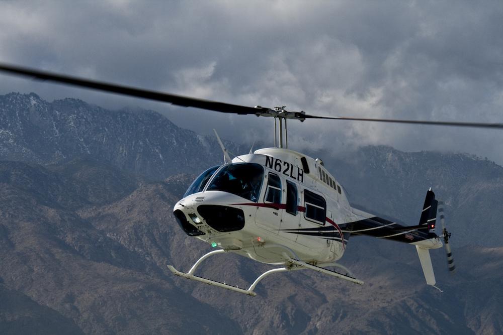 直升机在空中的照片。.