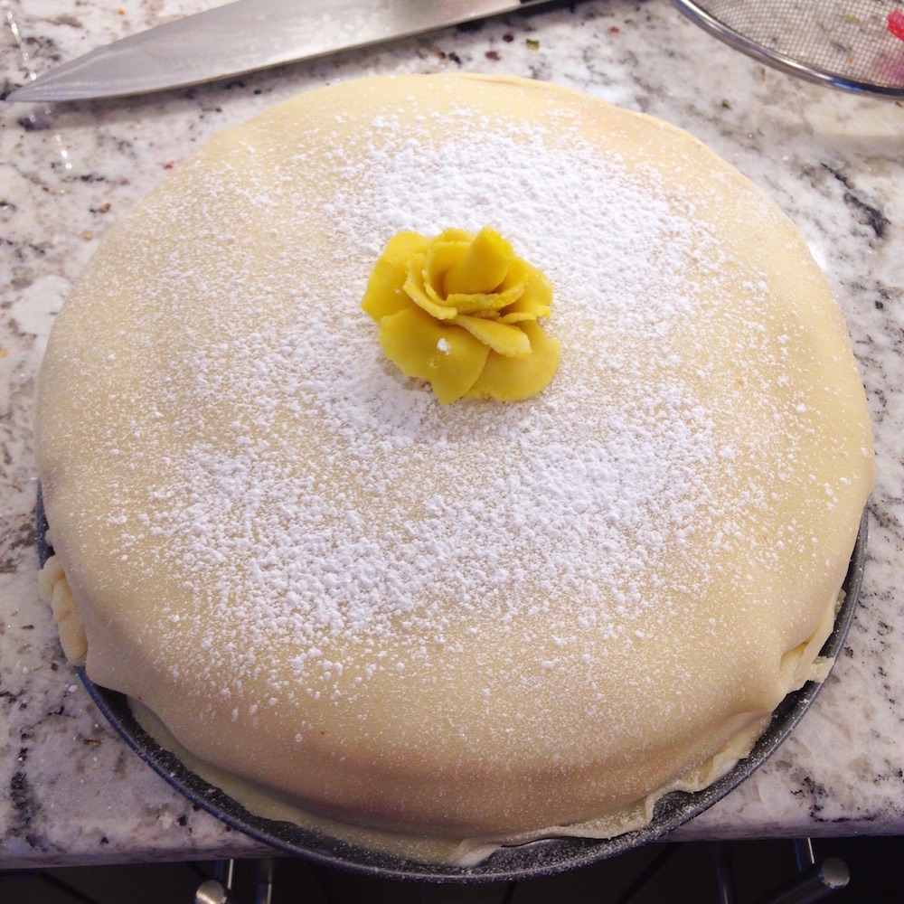 烘焙好的奶油蛋糕照片。