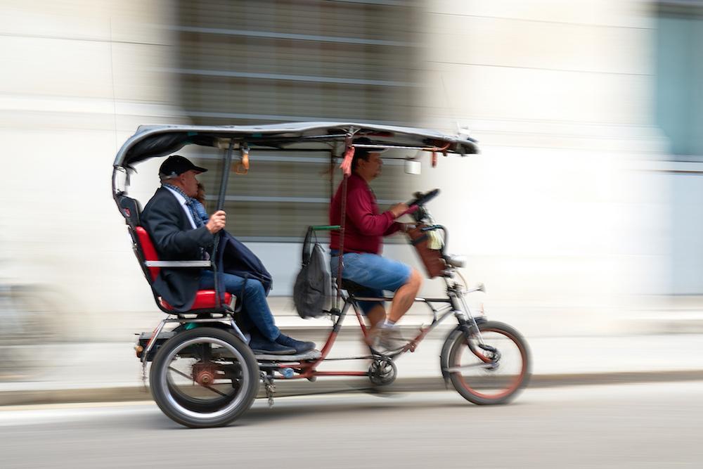 用于载客的三轮车照片。