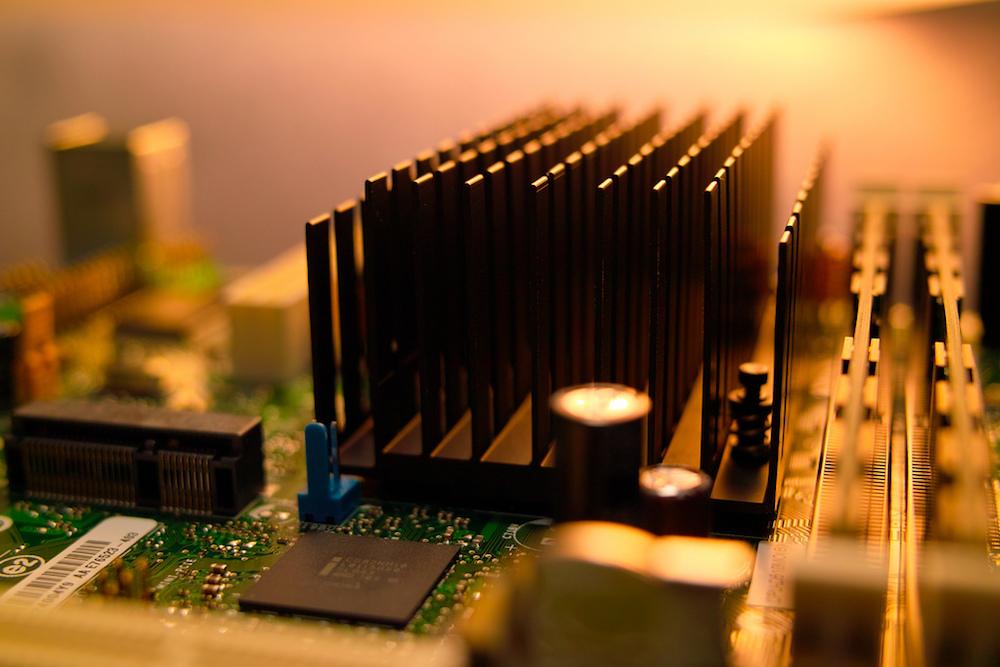 电子装置中的散热器装置图片。
