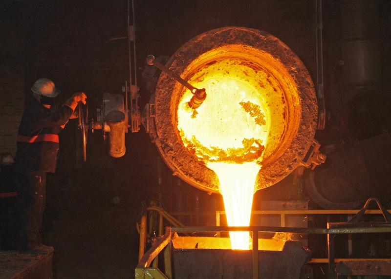 加工中的熔融金属图片。