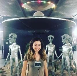 我站在罗斯威尔市 UFO 展览品前拍摄的照片。