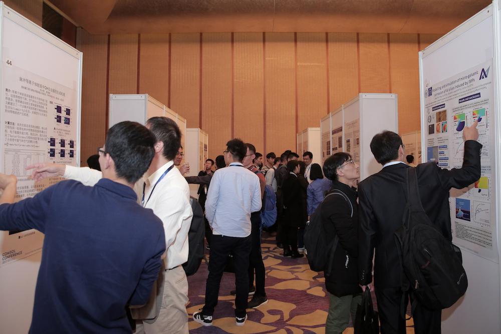 COMSOL 用户年会 2017 北京站的参会嘉宾在海报作品前热烈讨论。