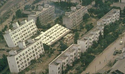 1964 年日本新潟地震后的倾斜建筑物照片。