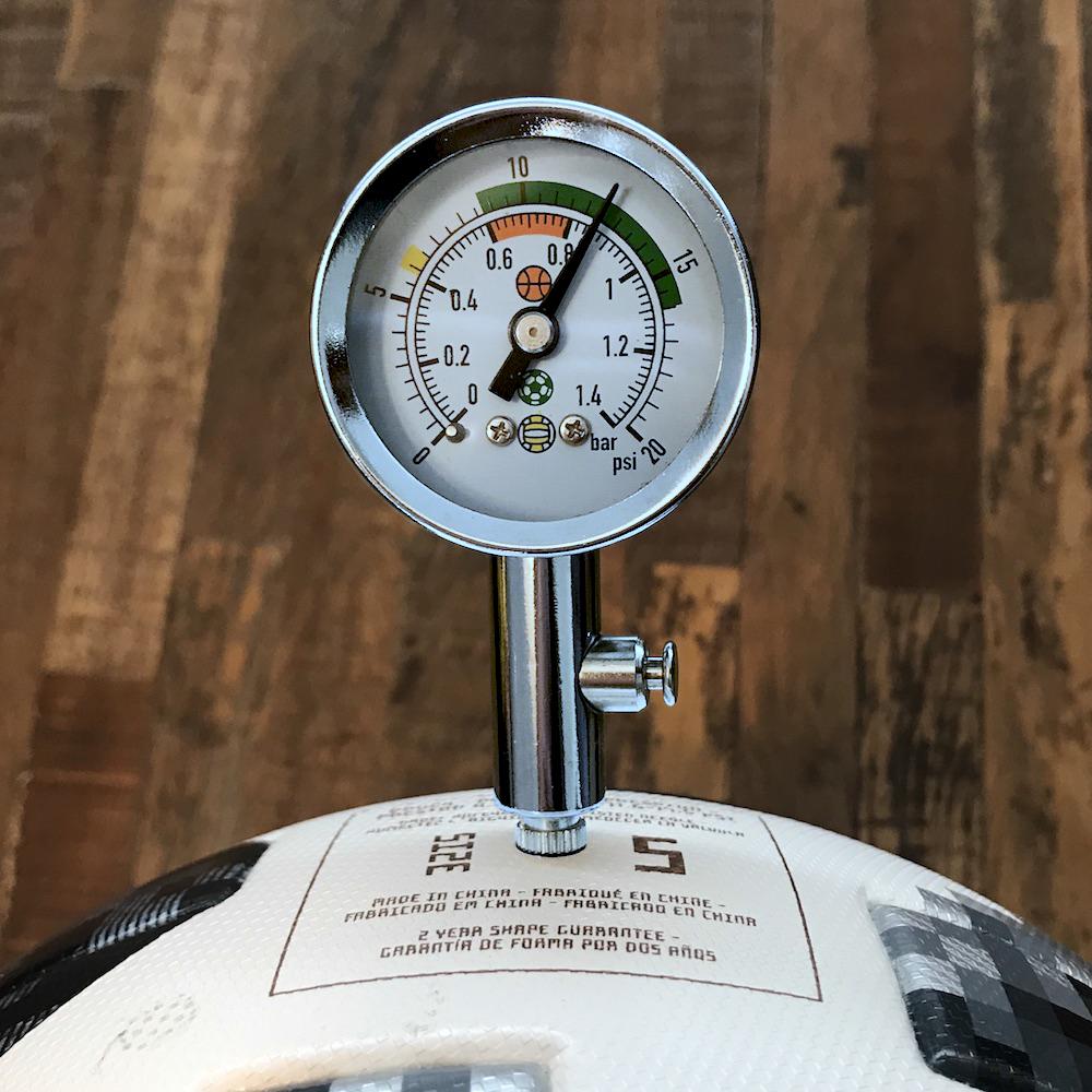 特写照显示了实验用 Adidas Telstar 足球的气压。