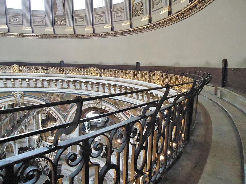 伦敦圣保罗大教堂的回音廊照片。