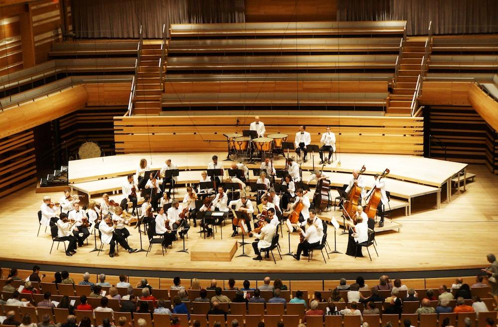 古典音乐家在音乐会舞台上的照片。