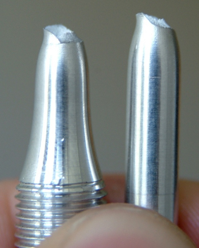 显示局部颈缩的塑性断裂型合金拉伸试验结果的照片。
