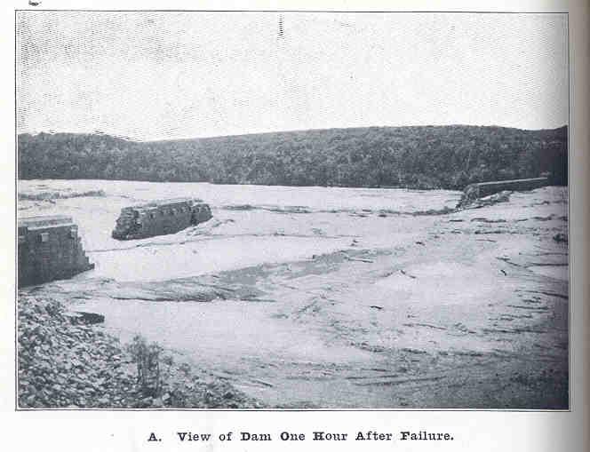 大坝溃决造成损坏的黑白图像。