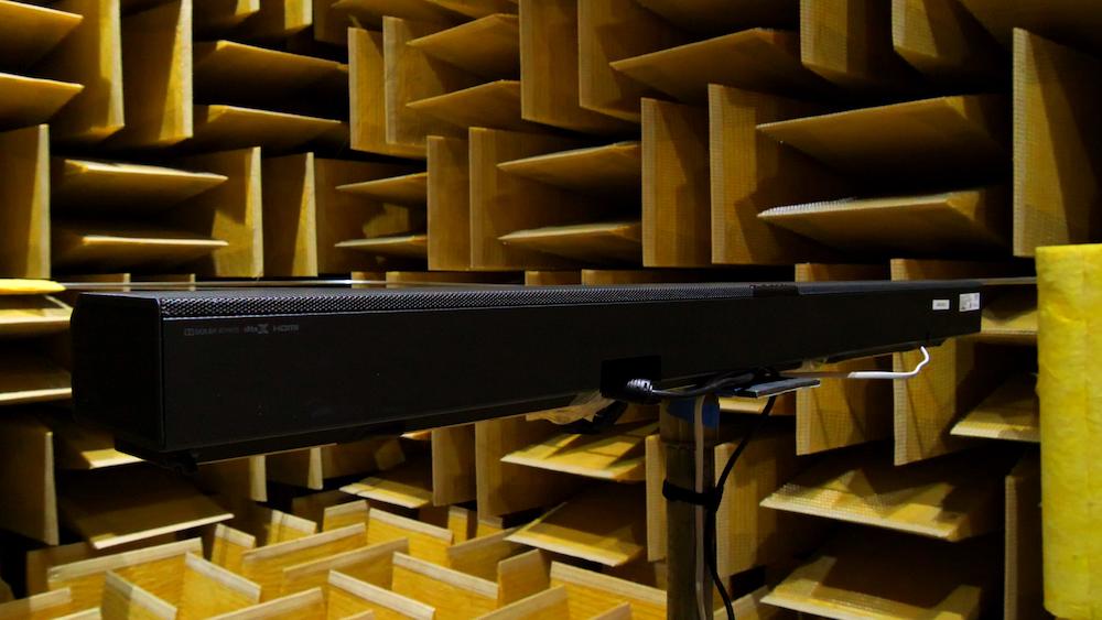 在消声室内测试的音箱原型图片。