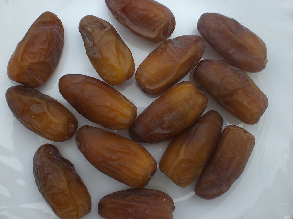 An image depicting Deglet Nour dates.