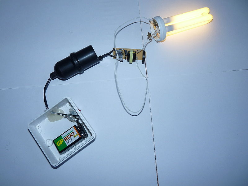 Photo depicting a battery-powered light bulb.
