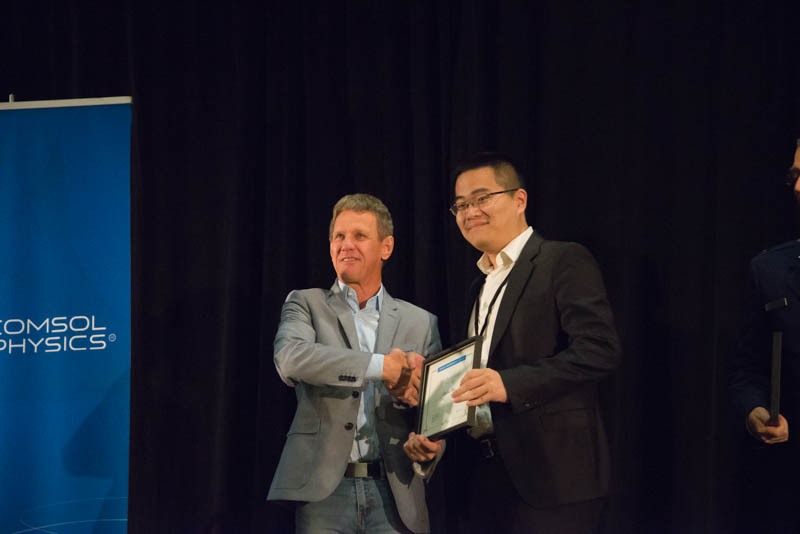 Picture depicting Chenhui Zhao receiving a best paper award from Svante Littmarck.