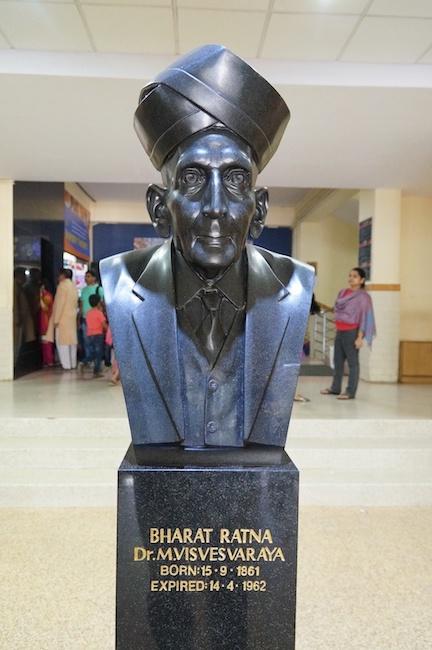 A photograph of a bust of Sir Mokshagundam Visvesvaraya.