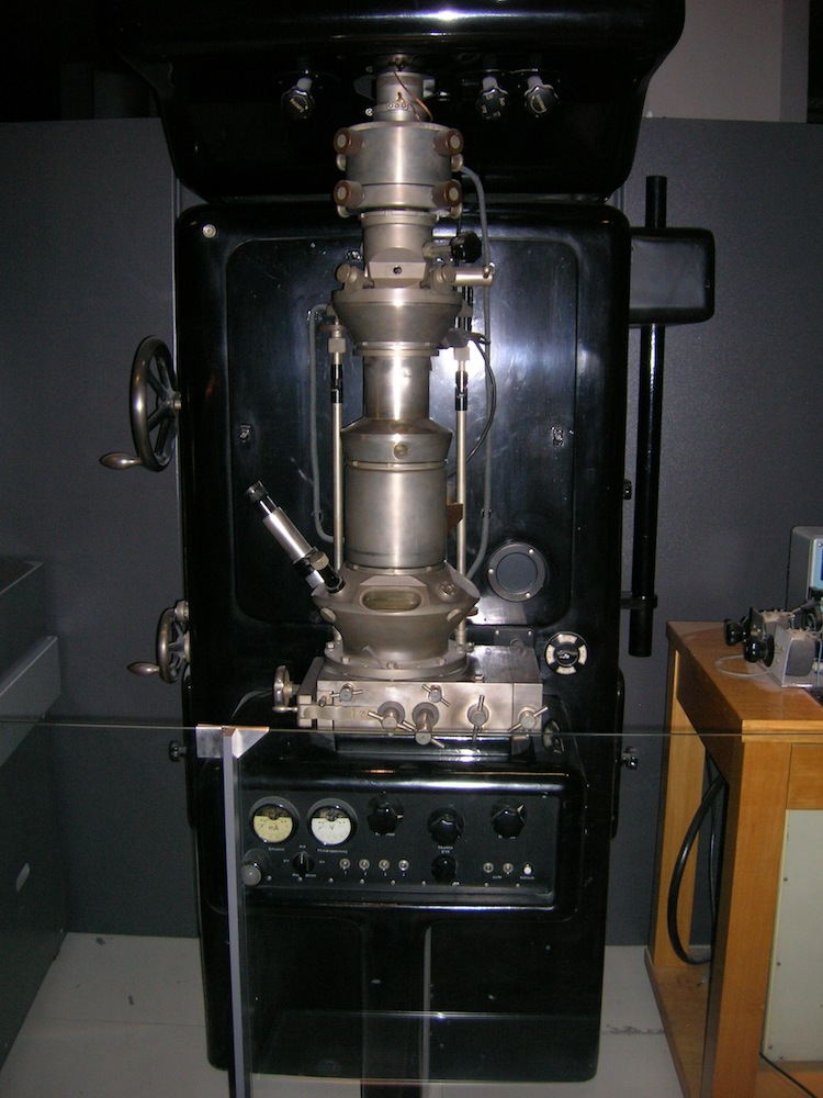A photo of a replica of Ernst Ruska's electron microscope.