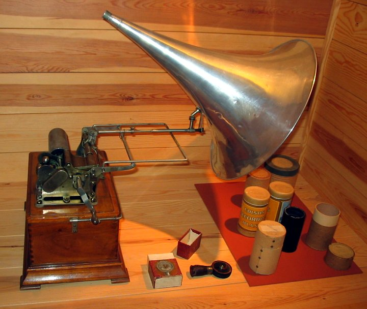 A photograph of a phonograph.