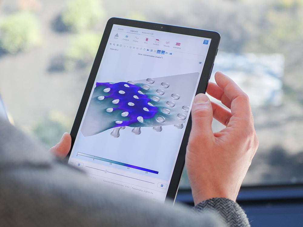 在平板电脑上打开的已编译仿真 App 的照片。
