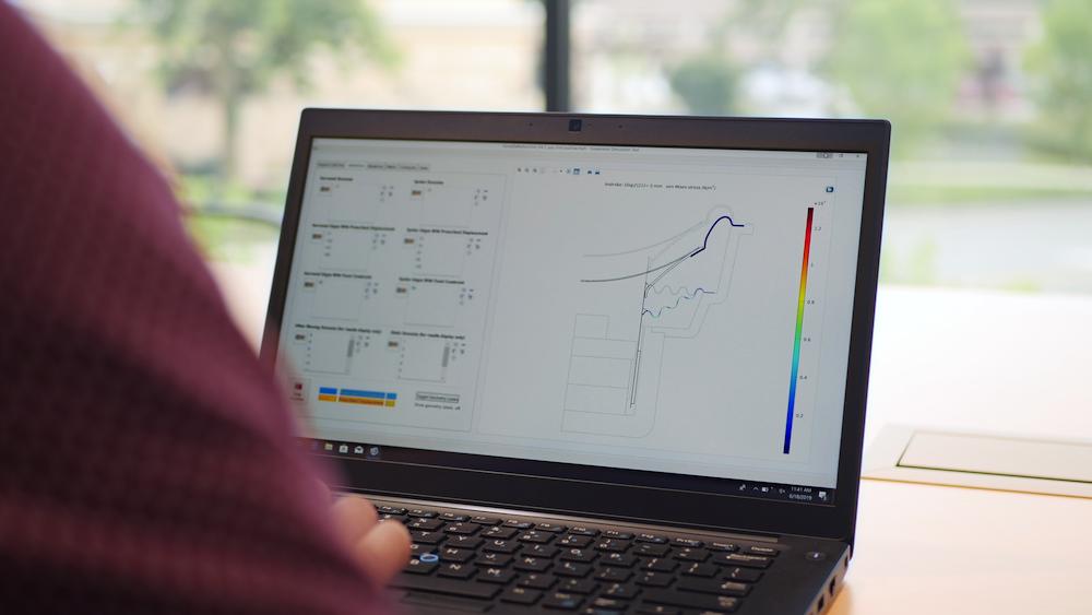 Фотография использующего приложение для моделирования инженера -- специалиста по преобразователям.