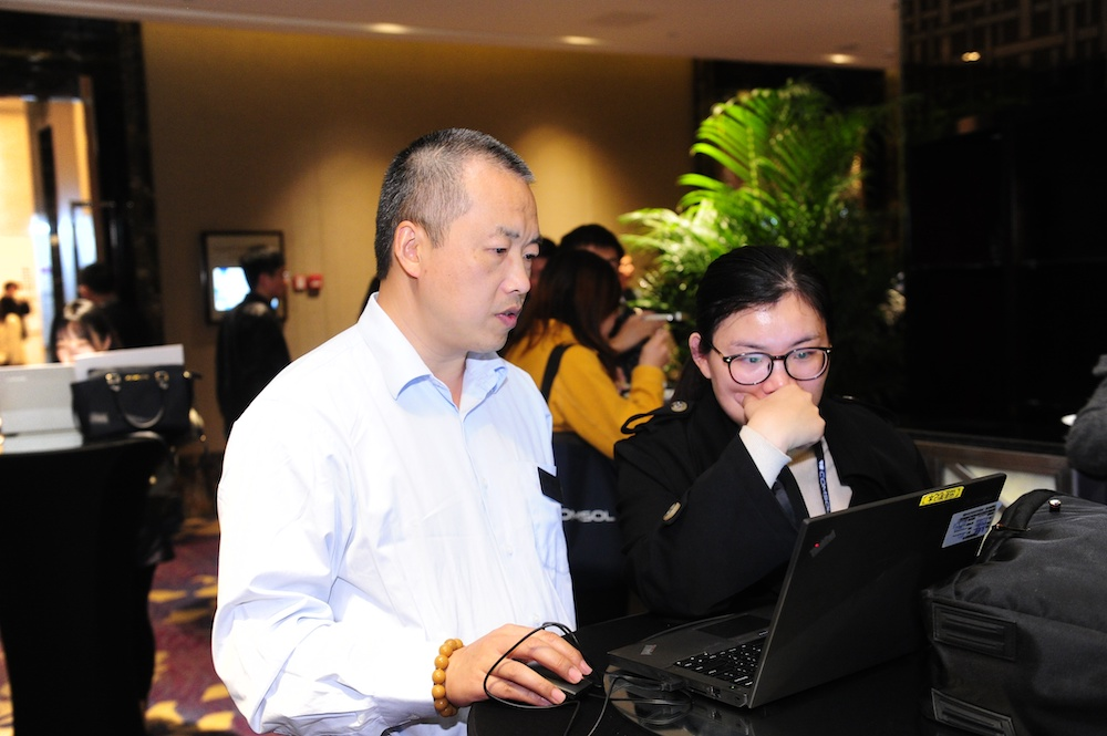 Dr. Gang Wang, technical director of COMSOL China, discusses modeling with attendees.