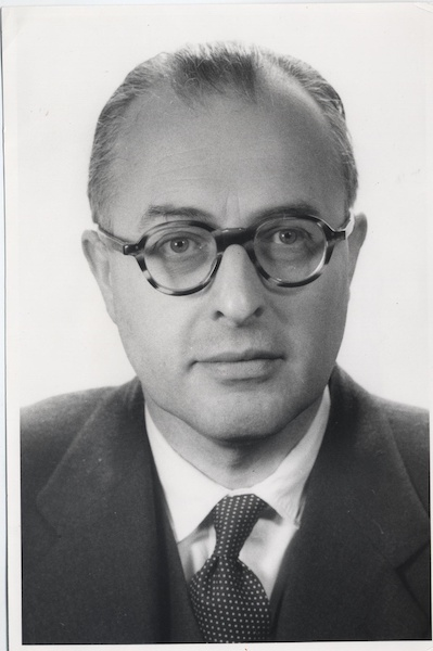 Geoffrey Dummer, who first presented the idea of the integrated circuit.