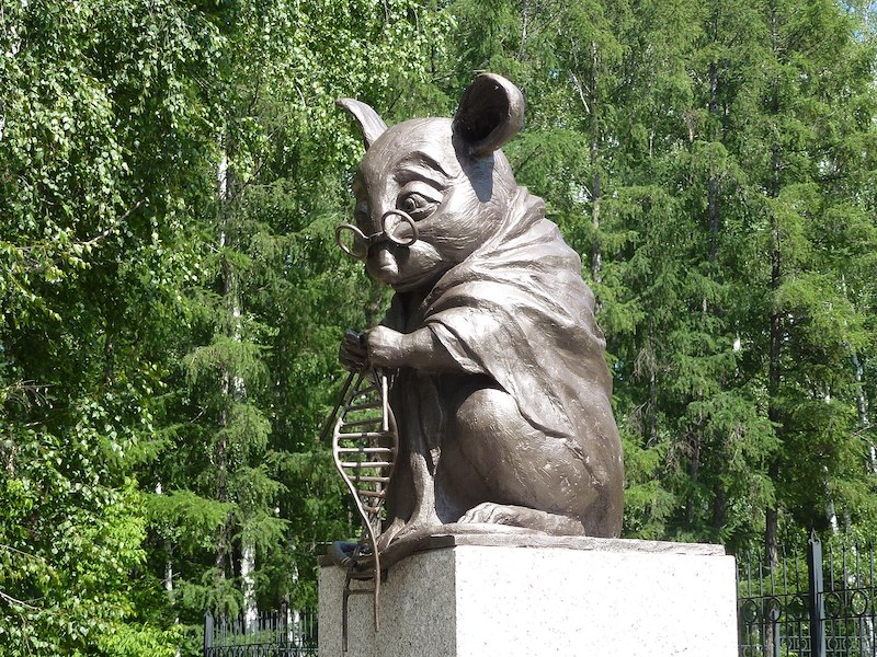A photograph of a sculpture of a mouse in Russia, commemorating laboratory mice sacrificed to science.