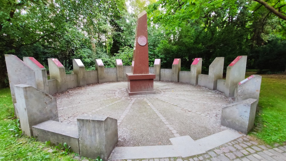 A photograph of the 17-sided Nobel Roundel at the Göttingen city cemetery, which honors the Nobel Prize winners buried there.