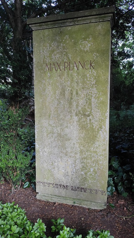 A photograph of Max Planck's tombstone at the Göttingen city cemetery.