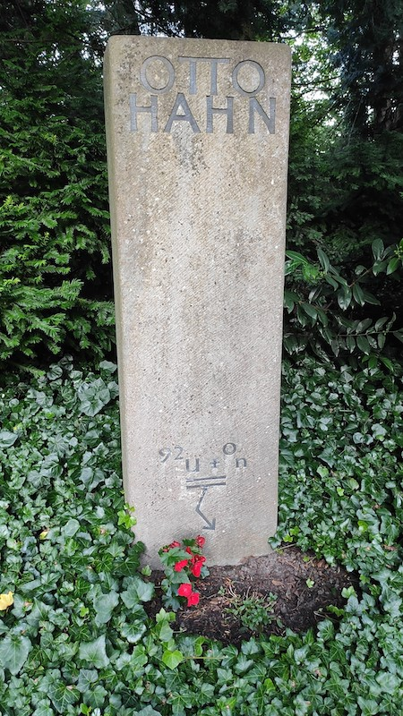 A photo of the tombstone of Otto Hahn, inscribed with the formula for uranium fission.