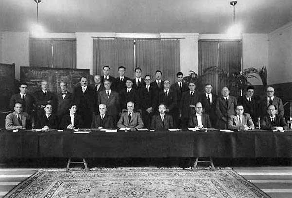 A black-and-white photograph of the participants of the Solvay Conference on Physics in 1951, with Egon Orowan shown in the middle row.